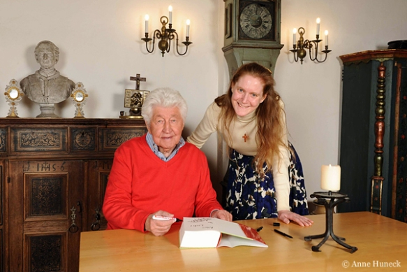 Unsere Postulantin Claudia bat Gotthilf Fischer bei dieser Gelegenheit voller Begeisterung um ein Autogramm für ihr Volksliederbuch.