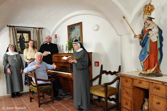 Von links: Mutter Apollonia, Postulantin Claudia, Gotthilf Fischer (Vordergrund), Jörg Fehlner und Schwester Walburga.