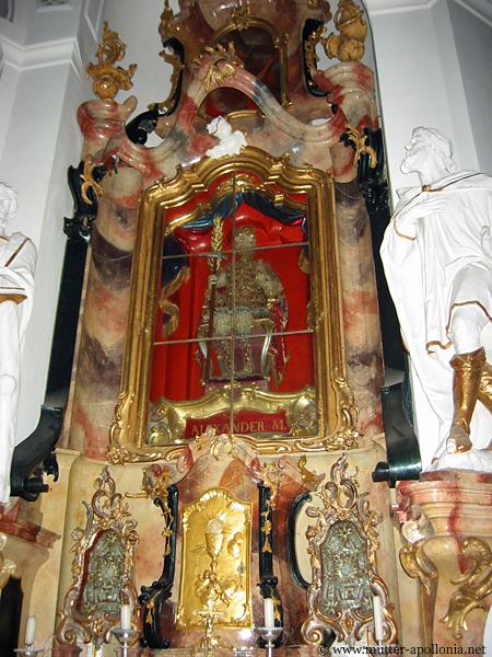 Der heilige Alexander ruht in sitzender Haltung in den Hochaltären im Beichteraum.